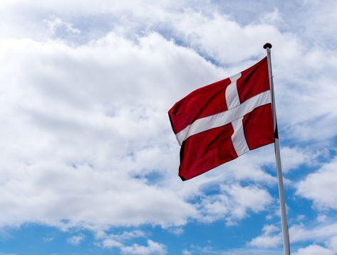 高高飘扬的红色丹麦国旗