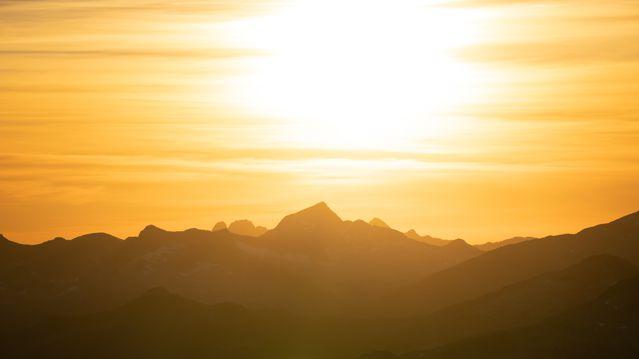 晨光笼罩的山峰