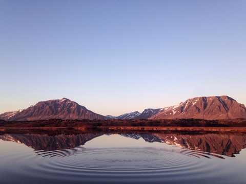 泛着波纹的平静湖水