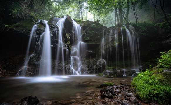 山林瀑布景致图片