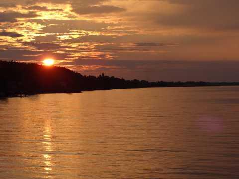 黄昏下的湖面图片
