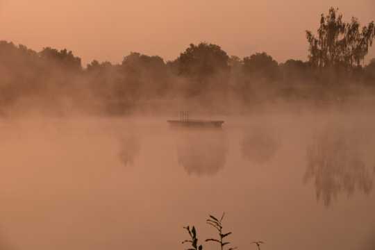 云雾笼罩的湖泊