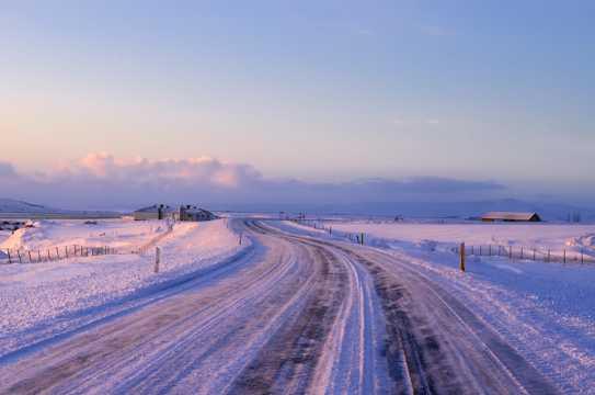 晨光中的雪景
