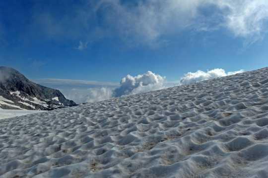 阿尔卑斯山顶雪景图片