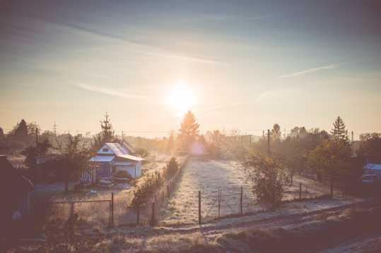 阳光下的乡村雪景