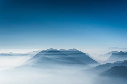 云雾笼罩的山峦