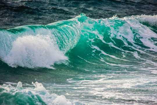 海潮翻滚图片