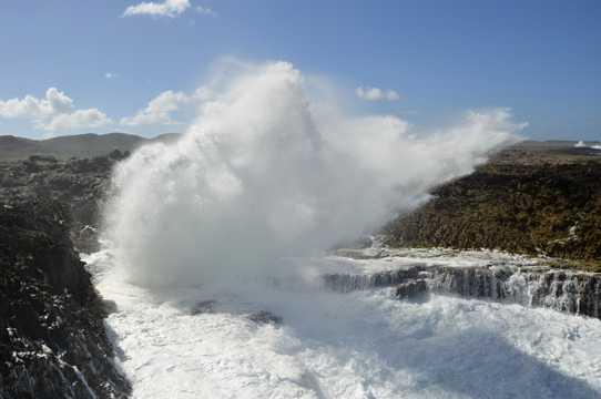 巨浪拍打岩石图片