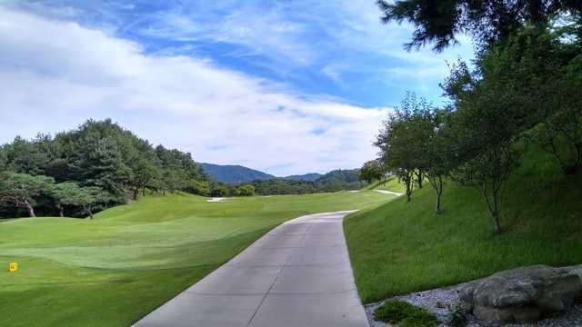 蓝天下高尔夫球场图片