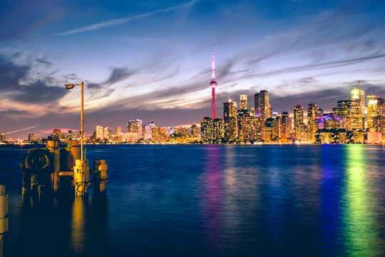 加拿大国家电视塔夜景图片