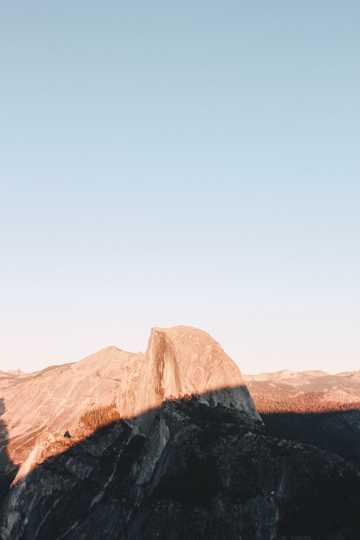 阳光照射的山峰