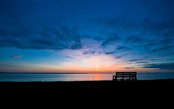 日出的海滩景观图片