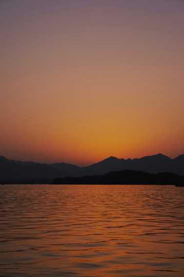 夕阳下的山川光景图片