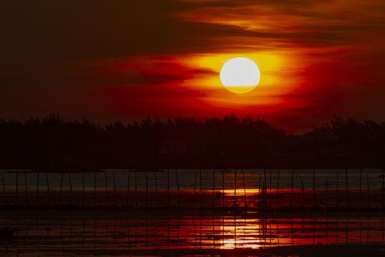 湖面朝阳景色图片