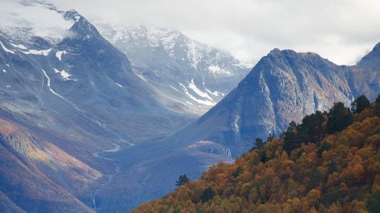 峻峭优美的山峰美景
