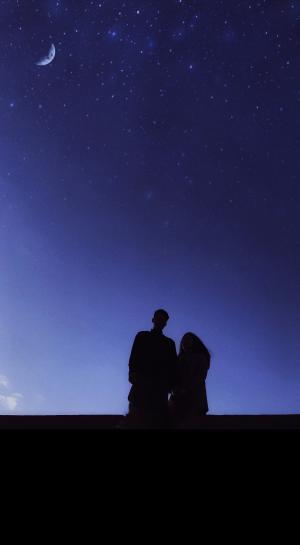 夜空下的情侣恩爱背影