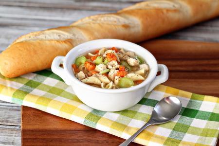 汤,鸡肉,面条,胡萝卜,辣椒,洋葱,面包(水平)