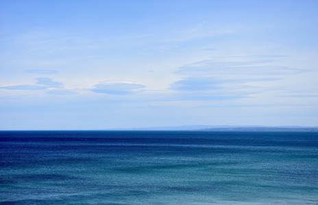蔚蓝平静的海面风光