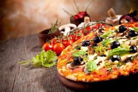 比萨,西红柿,胡椒,面团,橄榄,橄榄油,奶酪,罗勒,大蒜,洋葱,蘑菇(水平)