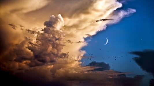 白云与月亮的交替时分