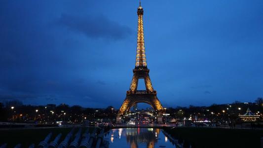 夜空下的璀璨埃菲尔铁塔