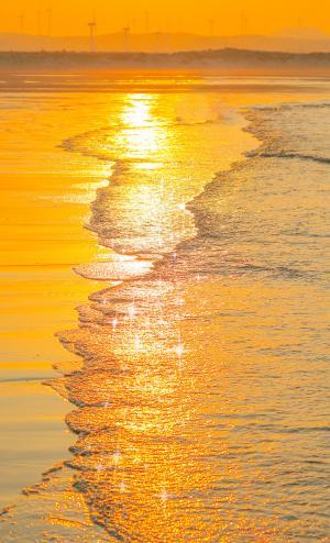 唯美黄昏下的海浪景色