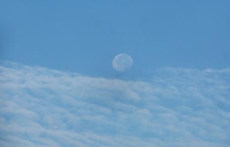 蓝天上的一轮圆月