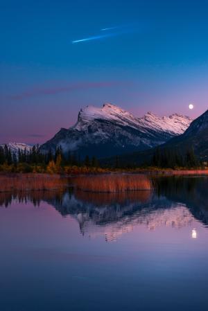 银朱的湖,班夫国家公园,月亮,4K