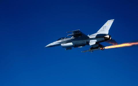 F 16C战隼射击AGM 88导弹