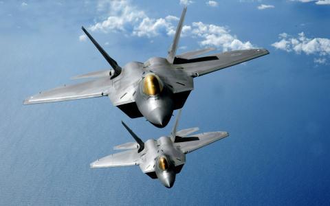 猛禽F22战斗机翱翔在天空中