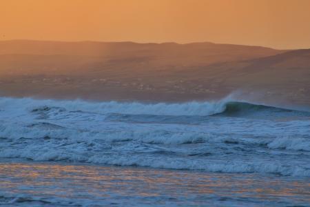 黄昏下翻腾的海浪