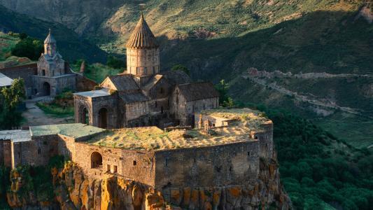 悬崖边的塔特夫修道院