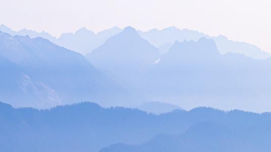 大雾笼罩着的群山美景