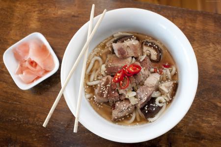 海南汤,面条,羊肉,芝麻,胡椒(水平)