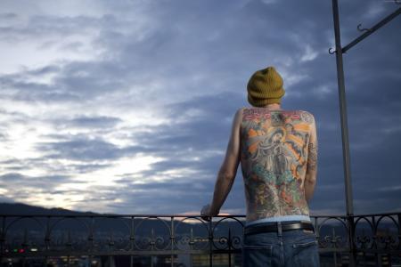 蒂姆·施泰纳,纹身,圣母玛利亚,头骨,玫瑰,燕子,莲花(水平)