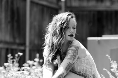 Hattie沃森,纹身图案,花边,卷发,黑色和白色(水平)