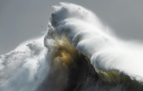 巨大浪花汹涌澎湃