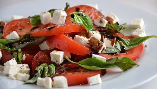 西红柿,奶酪,新鲜香草,黑醋(水平)