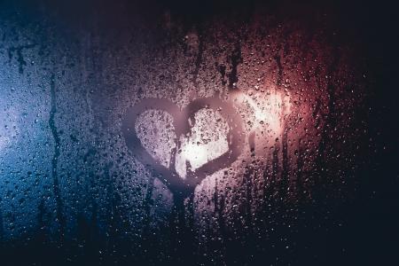 雨天玻璃上的唯美爱心