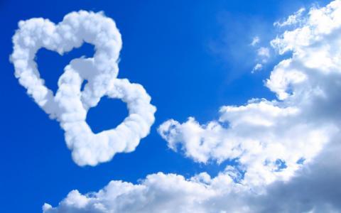 在云层中的心