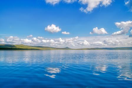 水天一色的湖泊唯美风景