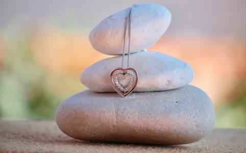挂在石头上的心形项链