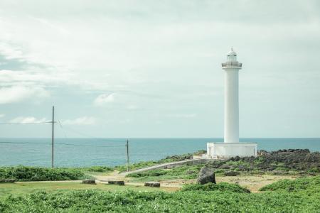海岸边的白色灯塔